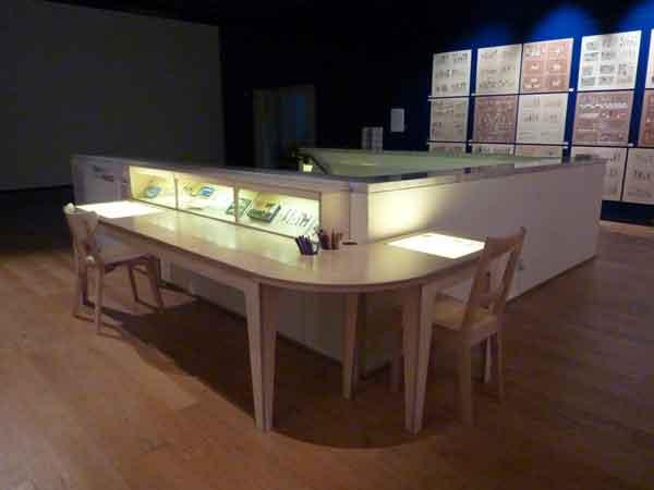 2.CQ houtbewerking vitrine:tekentafel.